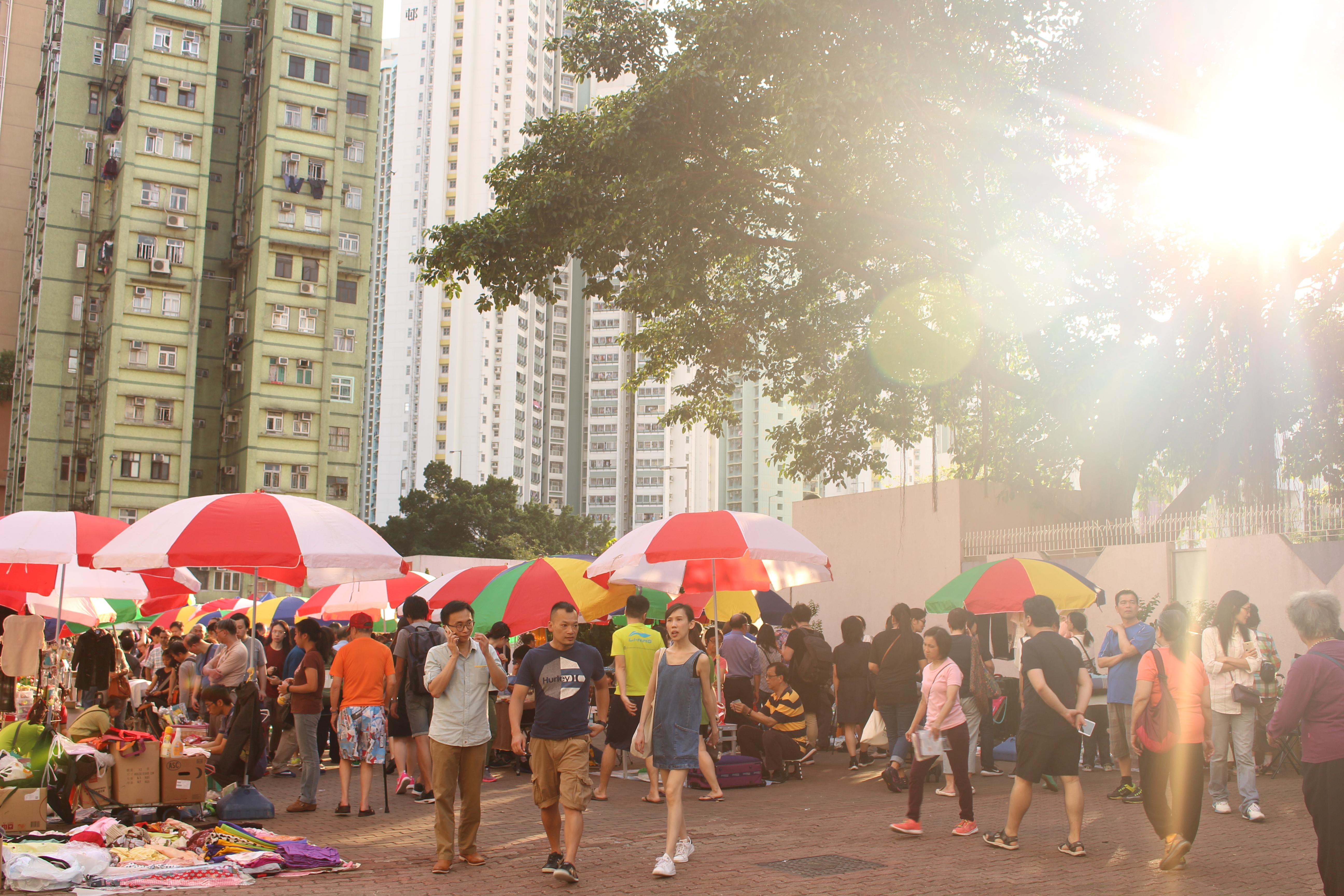 墟市內一頂頂的遮陽傘