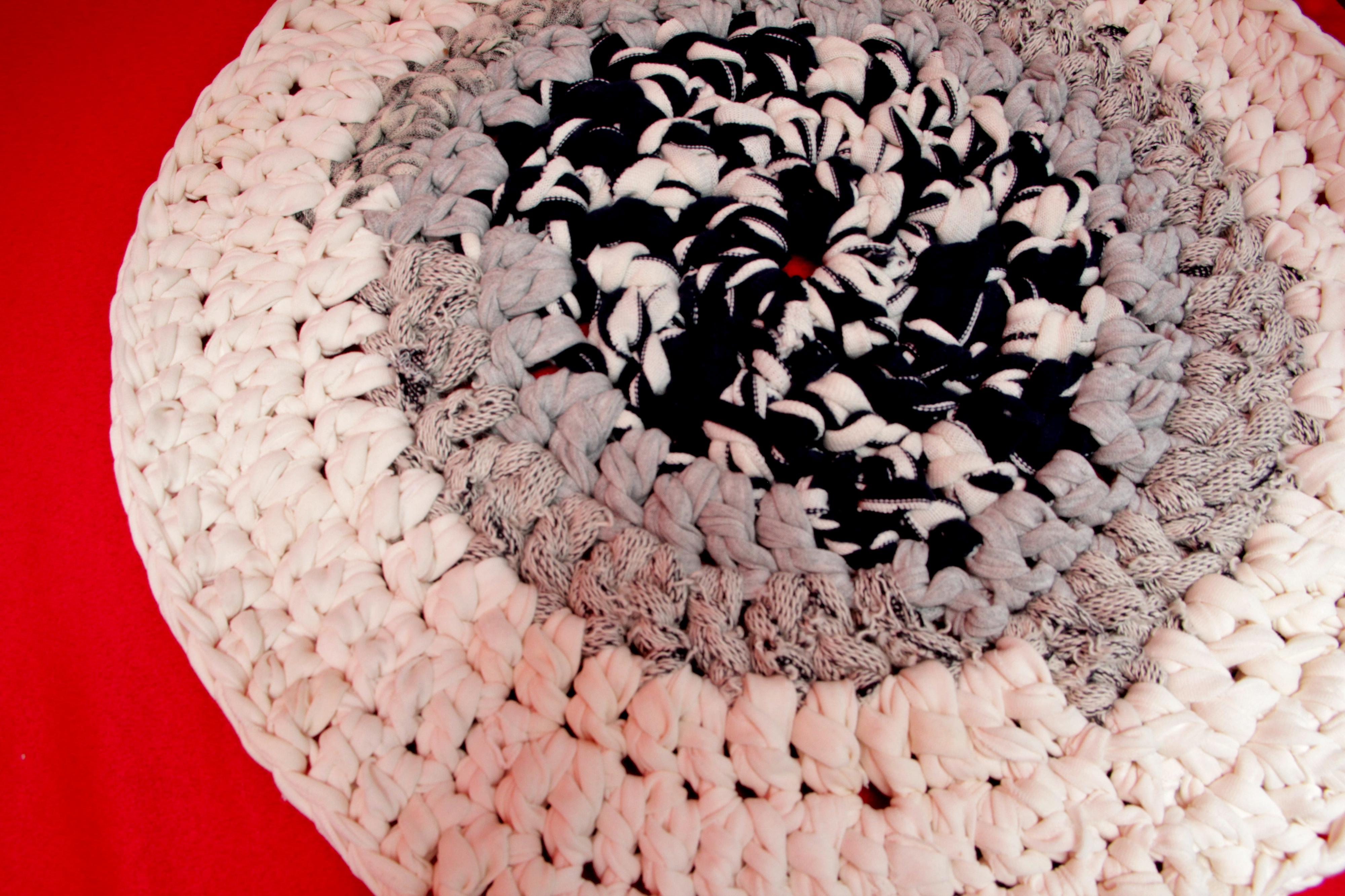 巫太引以為傲的藍白灰相間圓形手織地毯